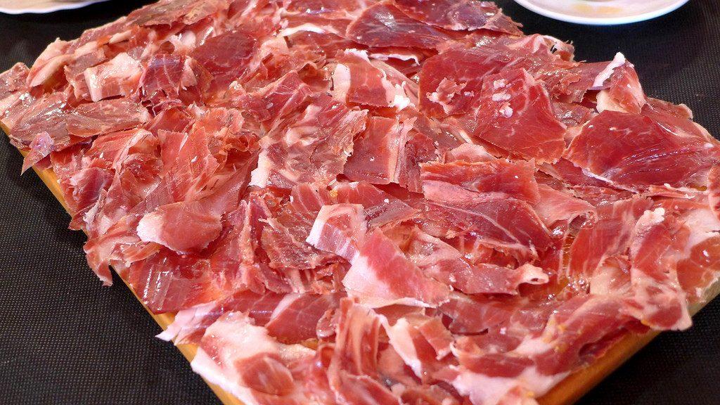 El jamón ibérico es un tipo de jamón proveniente del cerdo de raza ibérica, muy apreciado en la cocina de España y Portugal, y considerado a menudo como un artículo de alta cocina y lujo gastronómico.