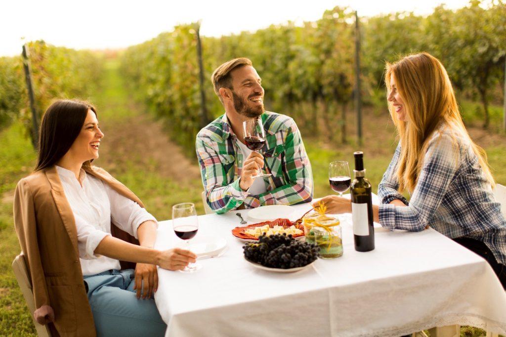 El maridaje significa unión, la alianza que se establece entre un vino y un alimento en el que ambas partes ganan al producir una gama de sensaciones.