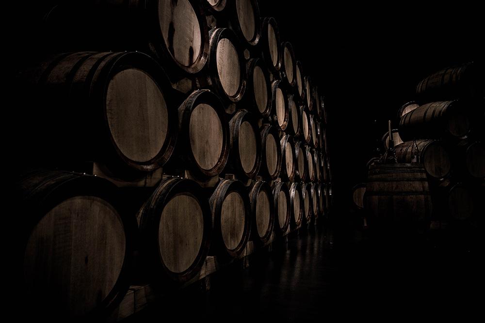 El roble proporciona sus características olfativas y gustativas particulares, marcadas por notas de vainilla que se combinan perfectamente con los aromas y sabores afrutados de los vinos jóvenes.